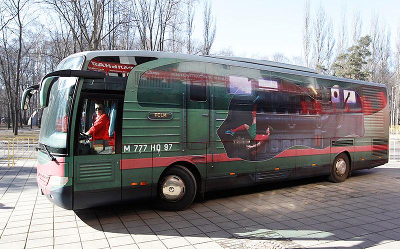 Оклейка автобуса литой виниловой пленкой