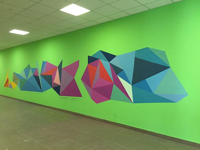 Окрашивание стен краской при помощи трафарета