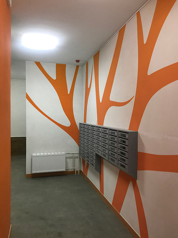 Оформление стен в подъезде при помощи граффити