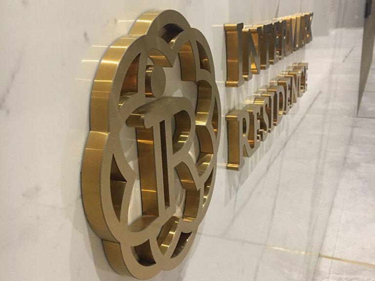 Логотип на ресепшене из золотой нержавеющей стали